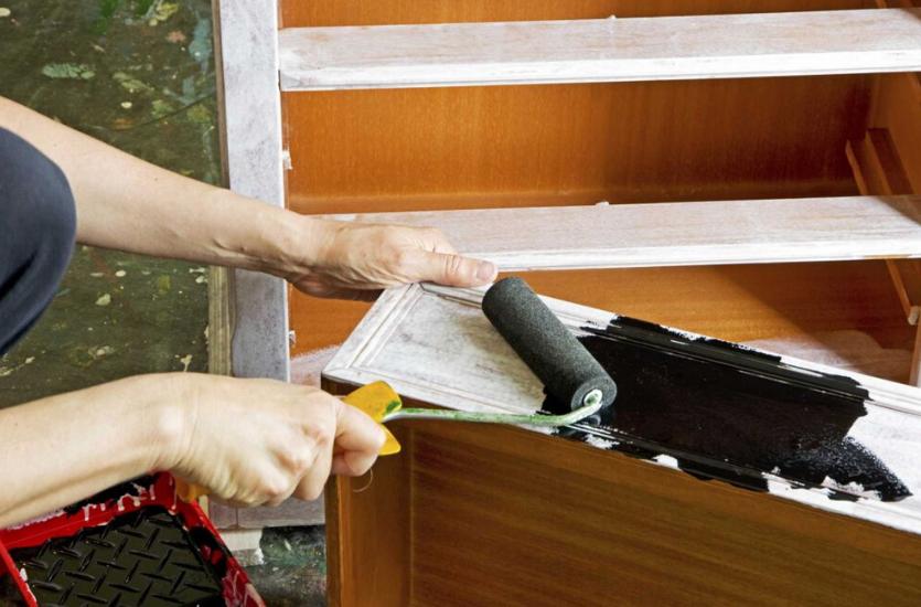pintando con rodillo la madera