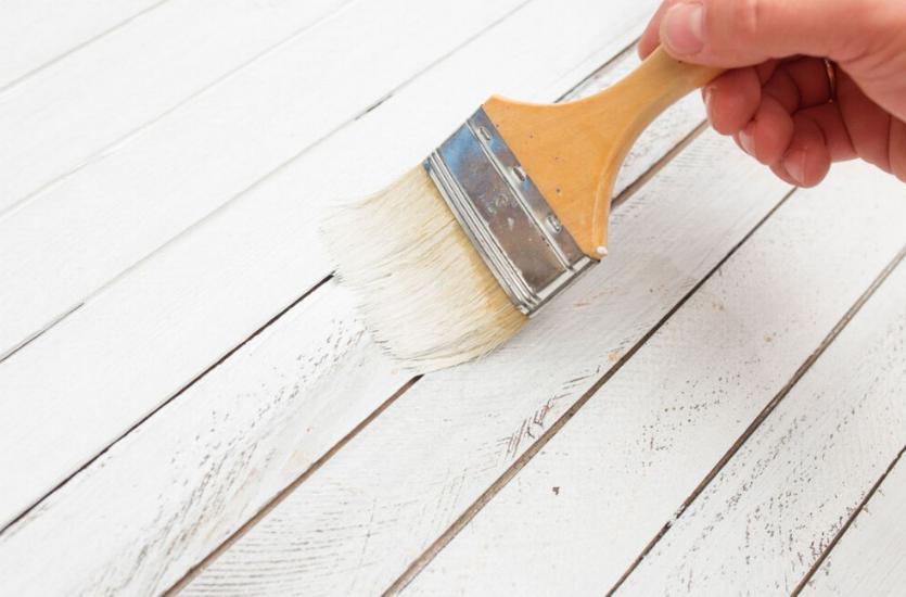 pintando madera de blanco