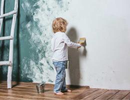 niño pintando pared