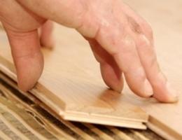 pegando madera
