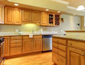 cocina con gabinetes de madera