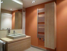 aplicar la pintura en un baño naranja