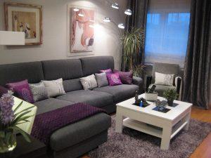 sala color morado con gris