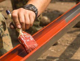 persona evitando la oxidación con pintura