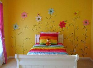 cuarto amarillo con flores