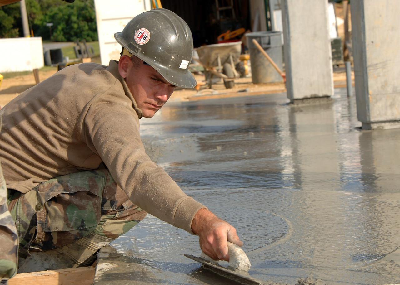 hombre-aplicanhombre aplicando aditivo impermeabilizantedo-aditivo-impermeabilizante