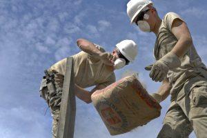trabajadores sosteniendo aditivo impermeabilizante