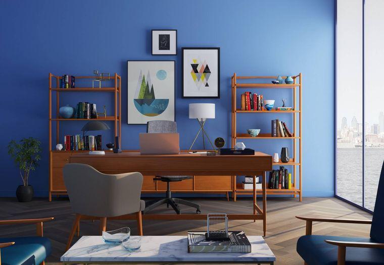 oficina en casa con fondo azul