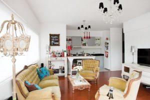 sala color blanco con sillones rústicos