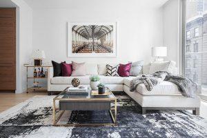 sala de paredes y sillones blancos