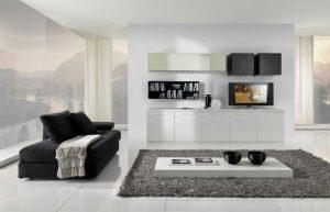 salón blanco con sofá negro