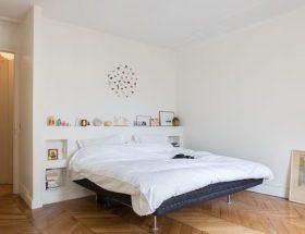 dormitorio blanco crema con cama de colchón inflable