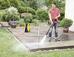 hombre lavando terraza con hidrolavadora