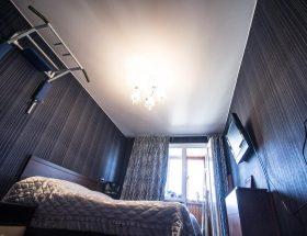 habitación pequeña con paredes oscuras