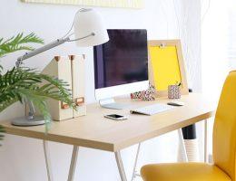 oficina en casa con detalles amarillos